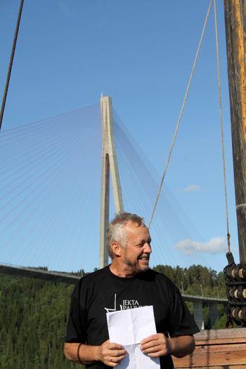 Kjell Ole FOssum forteller om byggingen av brua
