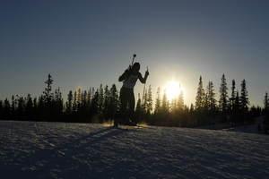 Skiskytter i solnedgang