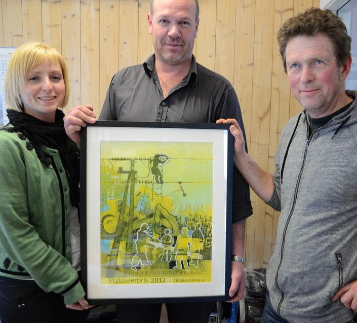 Ida Stuberg (juryleder), Knut A. Aasan (prisvinner) og Per M. Kvam (jurymedlem). Foto: Stig Leinan
