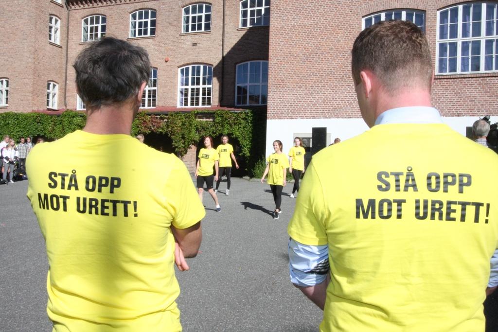 Rektor Torbjørn Ljones og ordfører Espen Granberg Johnsen beundrer dansen.