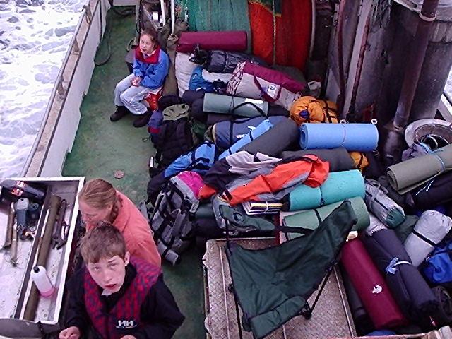 Telt og annet tungt utstyr blir fraktet med båt