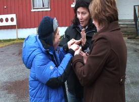 Eija Lundqvist møter Thomas og hans pedagog, Britt Ingeborg Hansen, for første gang i oktober 2010. De snakker om heis, og Thomas viser at han vil delta i samtalen som en tredje part.