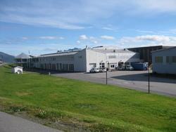 Lerøyfabrikken i sommerlige omgivelser
