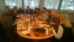 Formannskapet samt Lerøys ledelse samlet ti lunsj