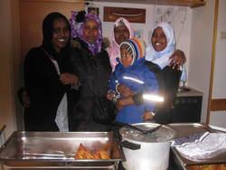 Somaliske damer byr på hjemlig mat