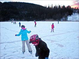 Barn som skøyter på isen
