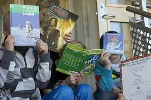 Unger med bøker i hendene