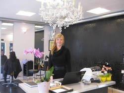 Nyoppstartet frisørsalong i gamle samvirkelagsbygget og her er eieren Cecilie Jensen.