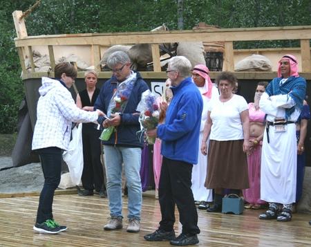 Ordfører Trine B Fines overrekker blomster