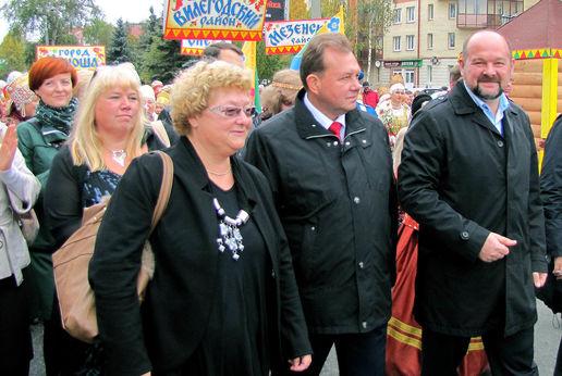 Delegasjonen fra Nord-Norge deltok i Margaritinskaja paraden. Fra venstre Vibeke Skinstad, Troms fylke, Beate Bø Nilsen, Nordland fylke, Grethe Ernø Johansen, Finnmark fylke. Lengst til høyre Guvernør i Arkhangelsk Oblast, Igor Orlov.