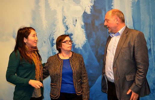 Ekaterina Evseyeva og Valentina Semyashkina sammen med sekretariatsleder Rune Rafaelsen. (Foto: Morten Brugård)