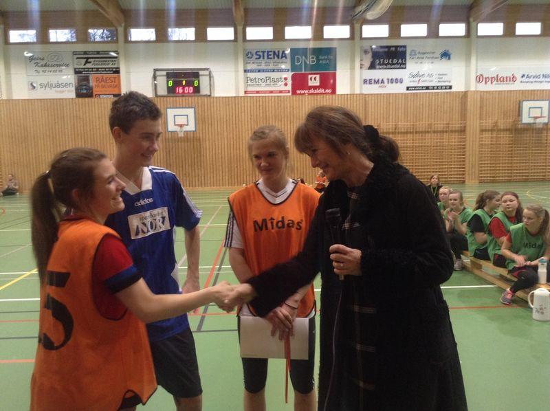 Elever fra Søndre Land ungdomsskole tar imot pengene på vegne av alle ungdomsskoler i Oppland