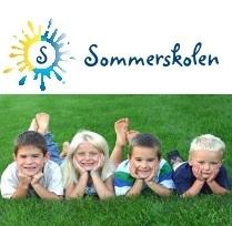 Sommerskolelogo og bilde av 4 barn liggende i gresset