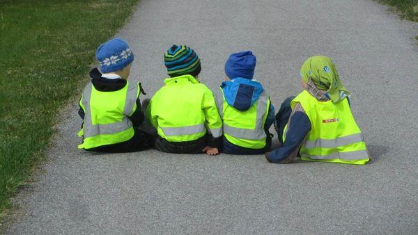 4 barn som sitter på vegen