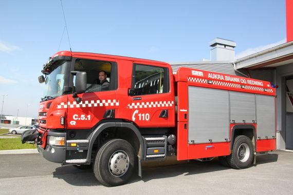 Brannbil fra Aukra Brann og redning sett fra siden