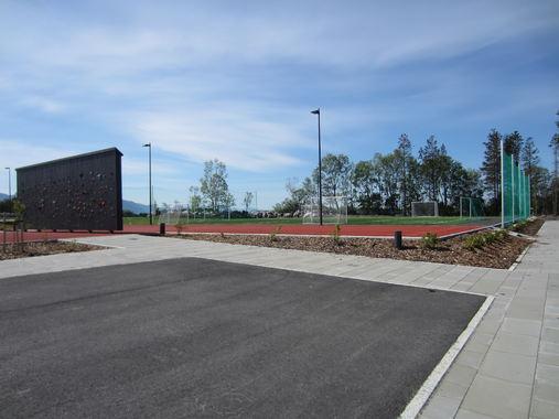 Uteområde ved Gossen barne- og ungdomsskole.