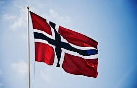 norsk flagg som vaier i vind