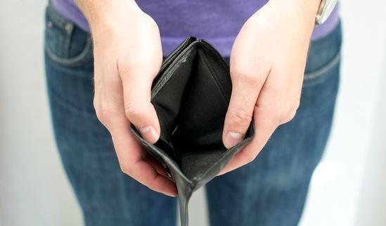 illustrasjon av fattigdom. person som åpner tom lommebok