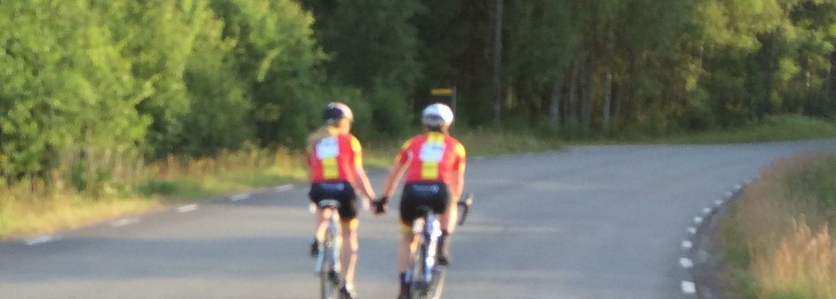 A og B sykler hånd i hånd