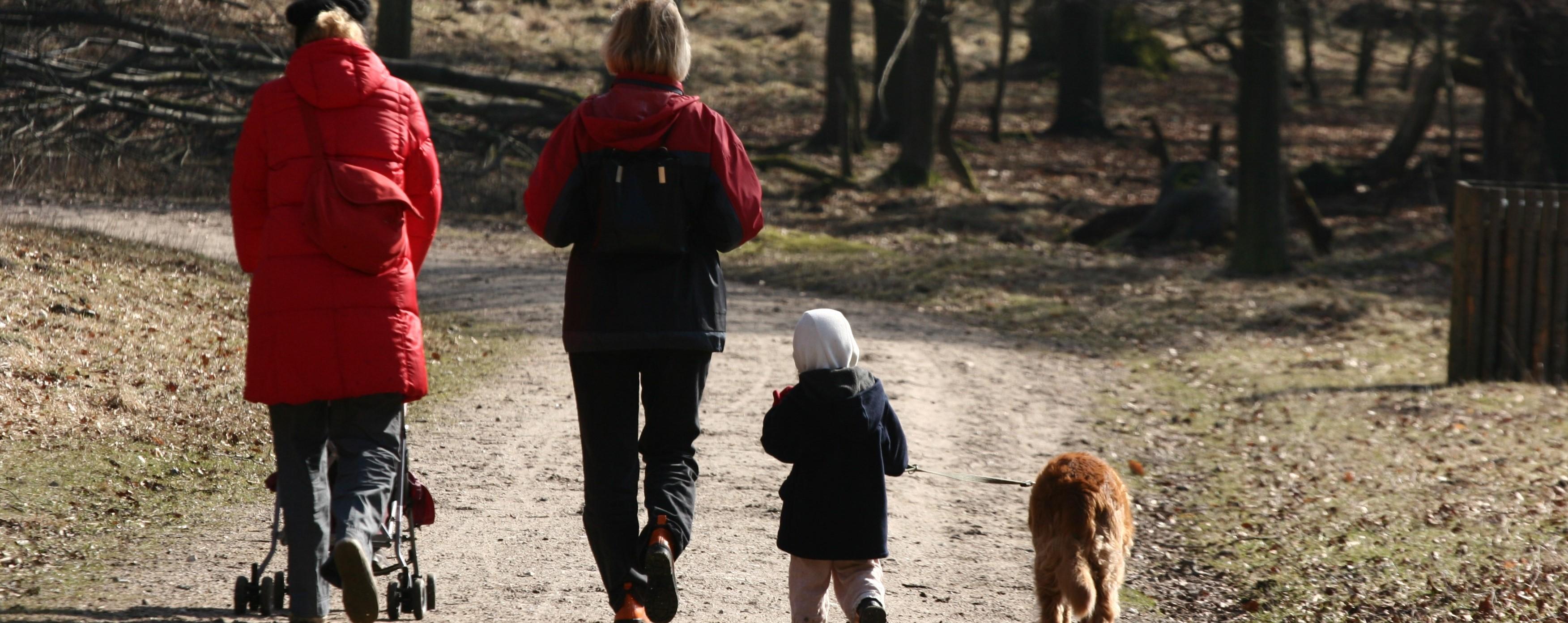 Illustrasjonsbilde av familie med hund