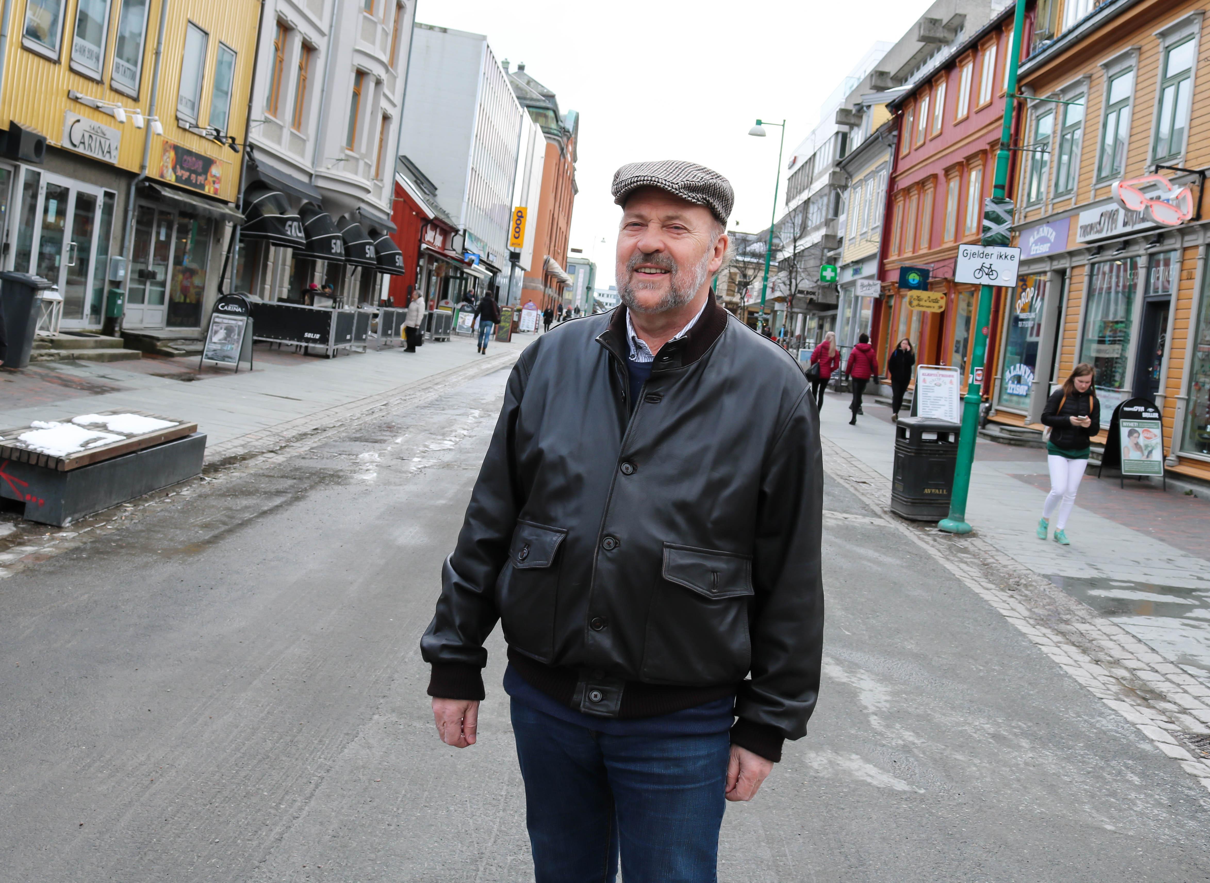 Spesialpsykolog Bertil Bjerkan står i Storgata i Tromsø.