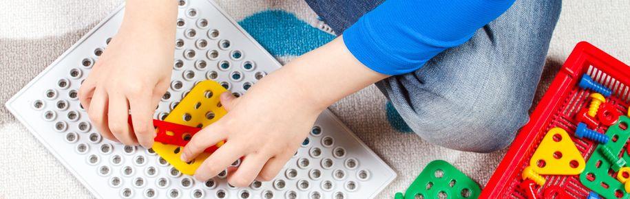 Bilde av barnehender som leker