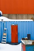 Vervet blå vegg rød dør stå