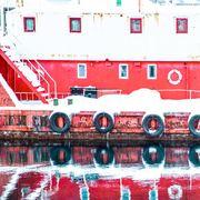 Vervet rødt og hvitt kai