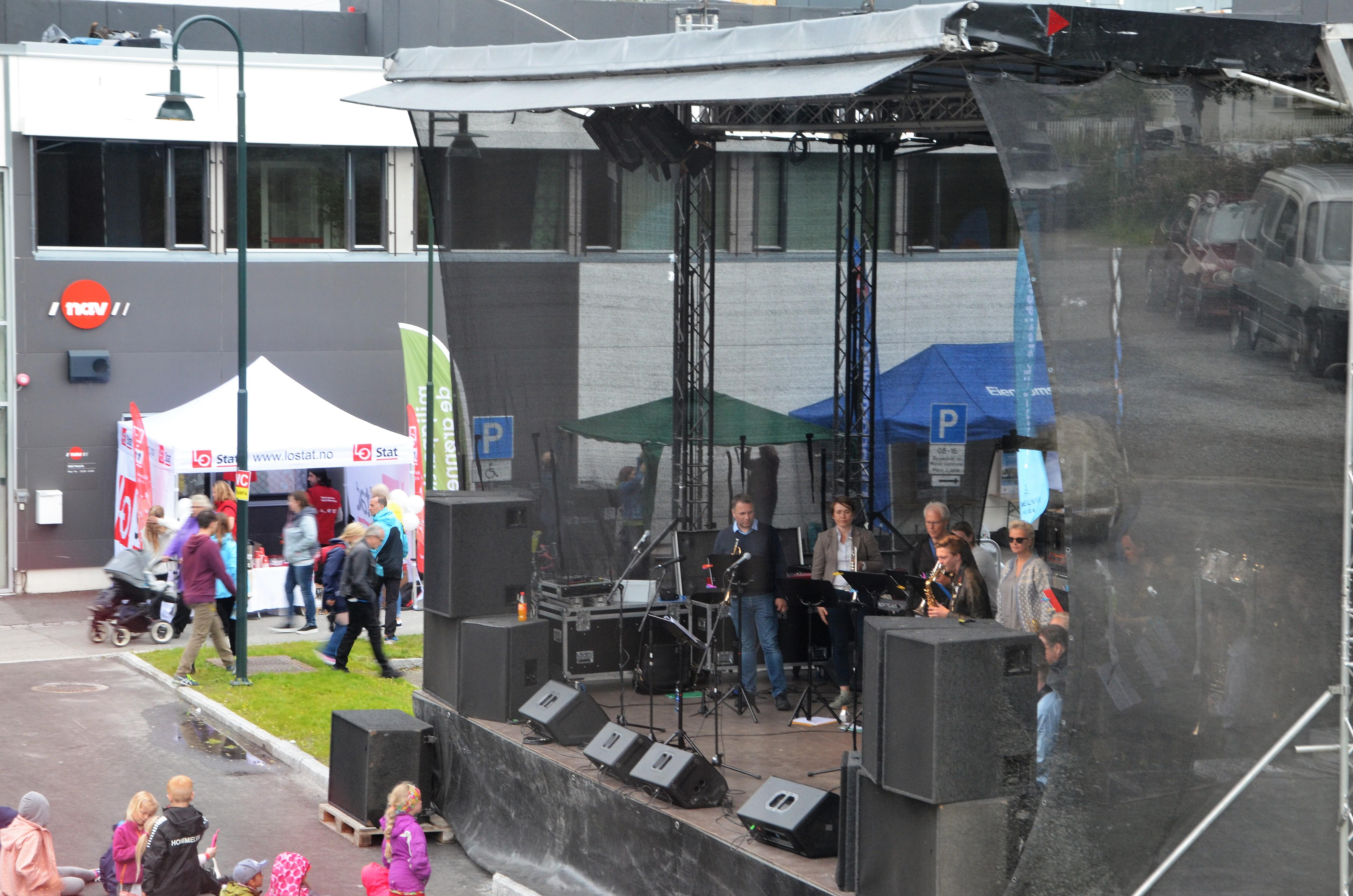 Bilde av artister på scenen på Rådhusplassen