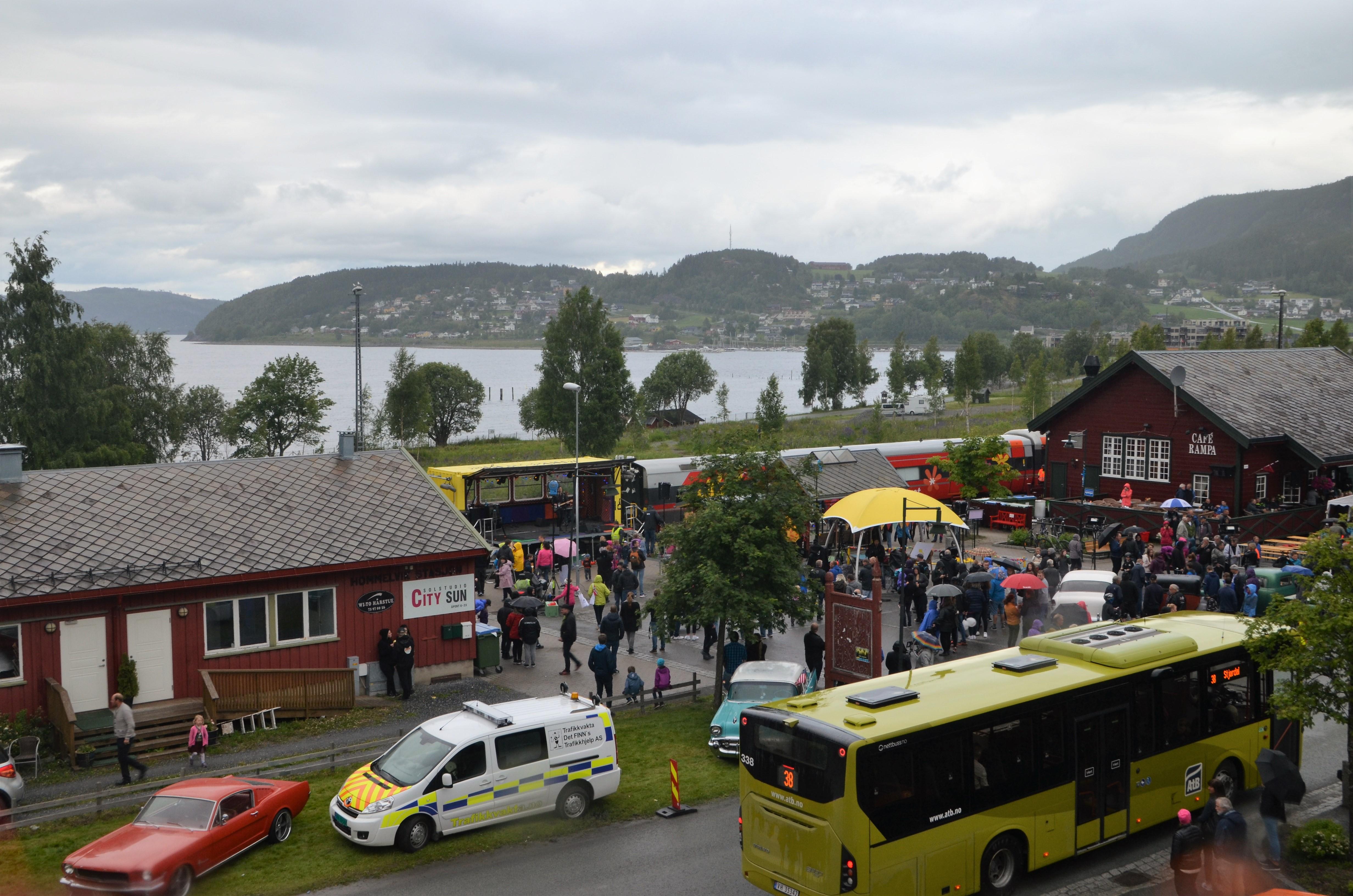 Oversiktsbilde av perrongen i Hommelvik