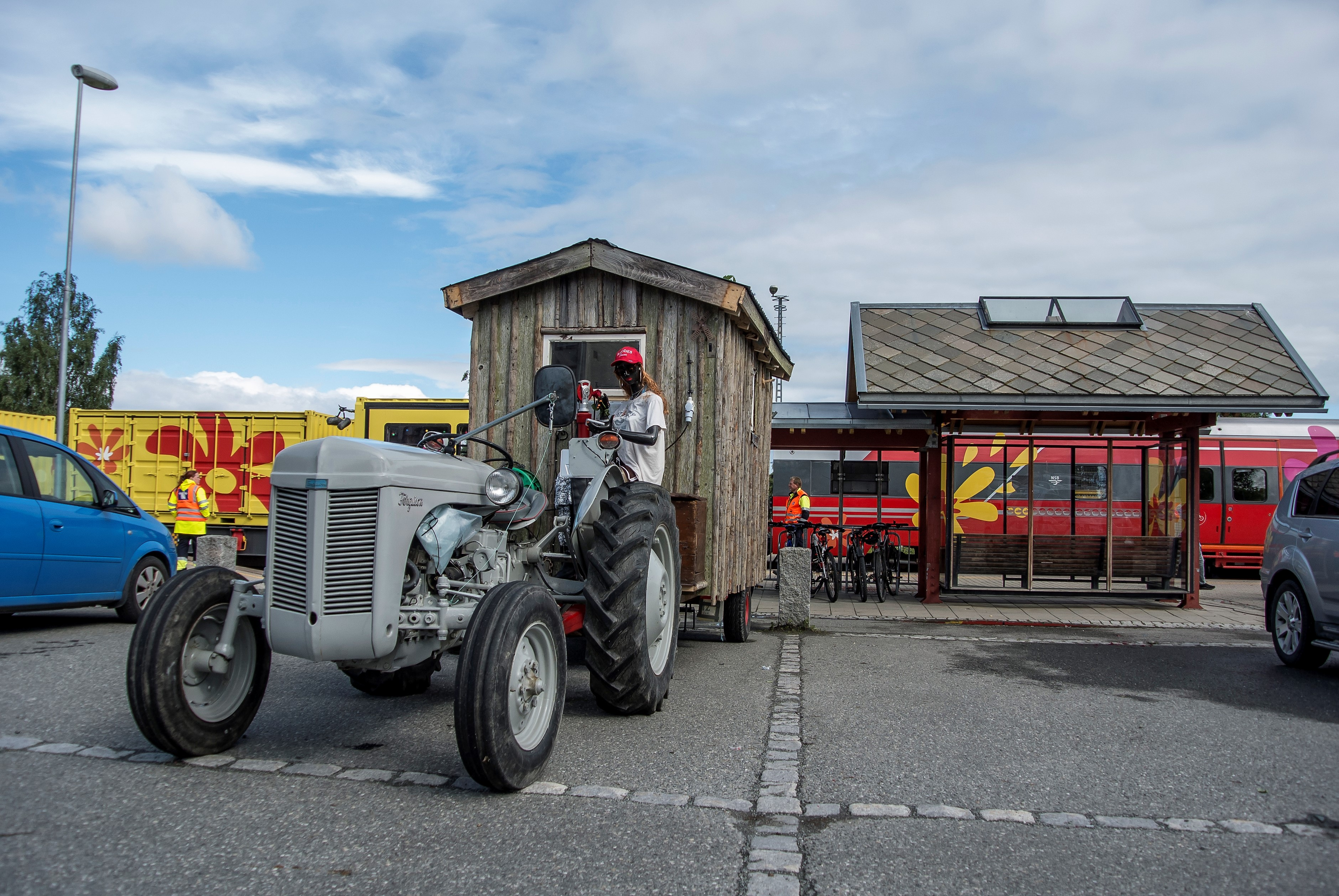Bilde av traktor i ved perrongen i Hommelvik
