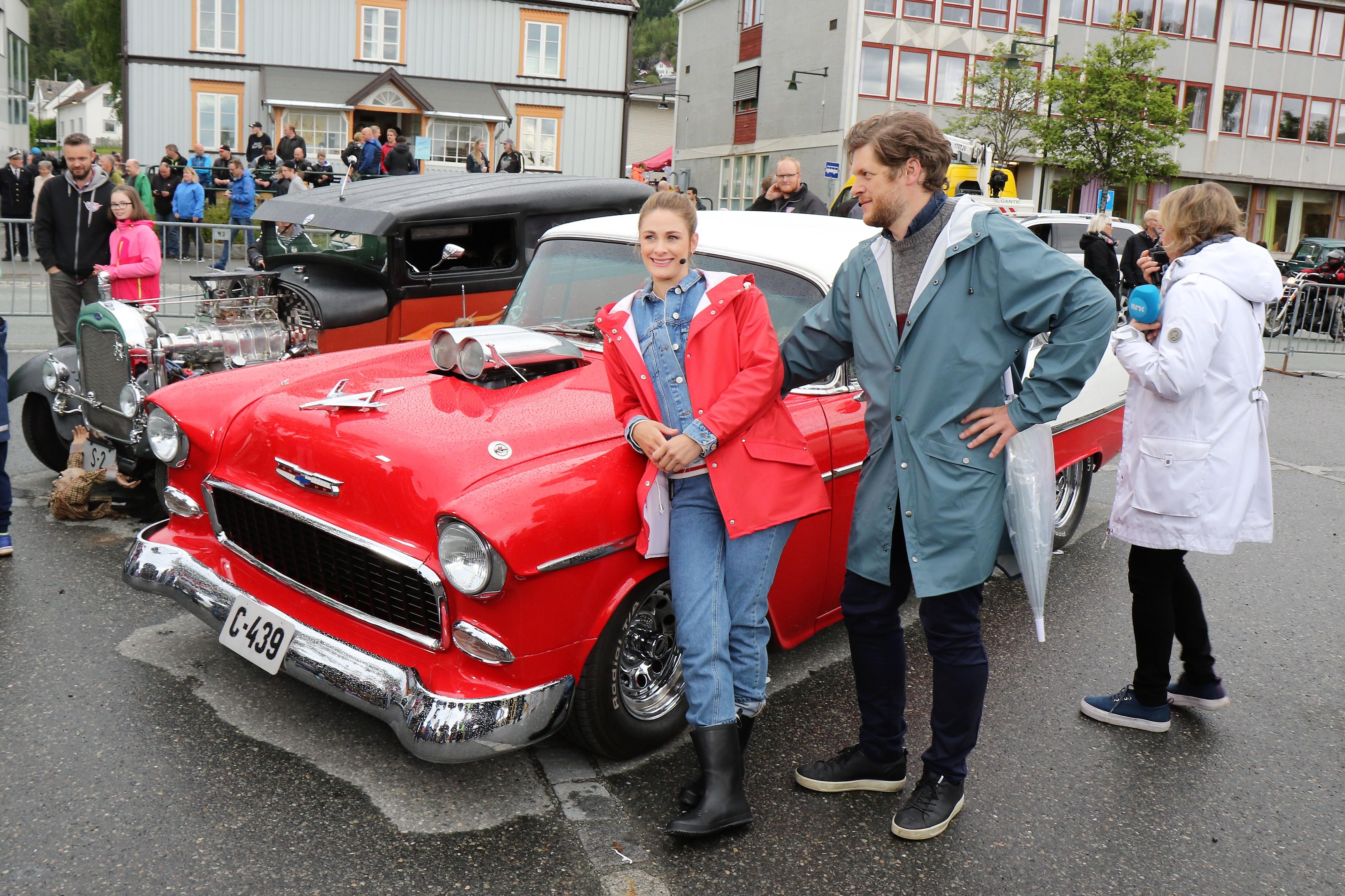 Bilde av programlederne Jenny Skavlan og Hans Olav Brenner sammen med gammel amerikaner