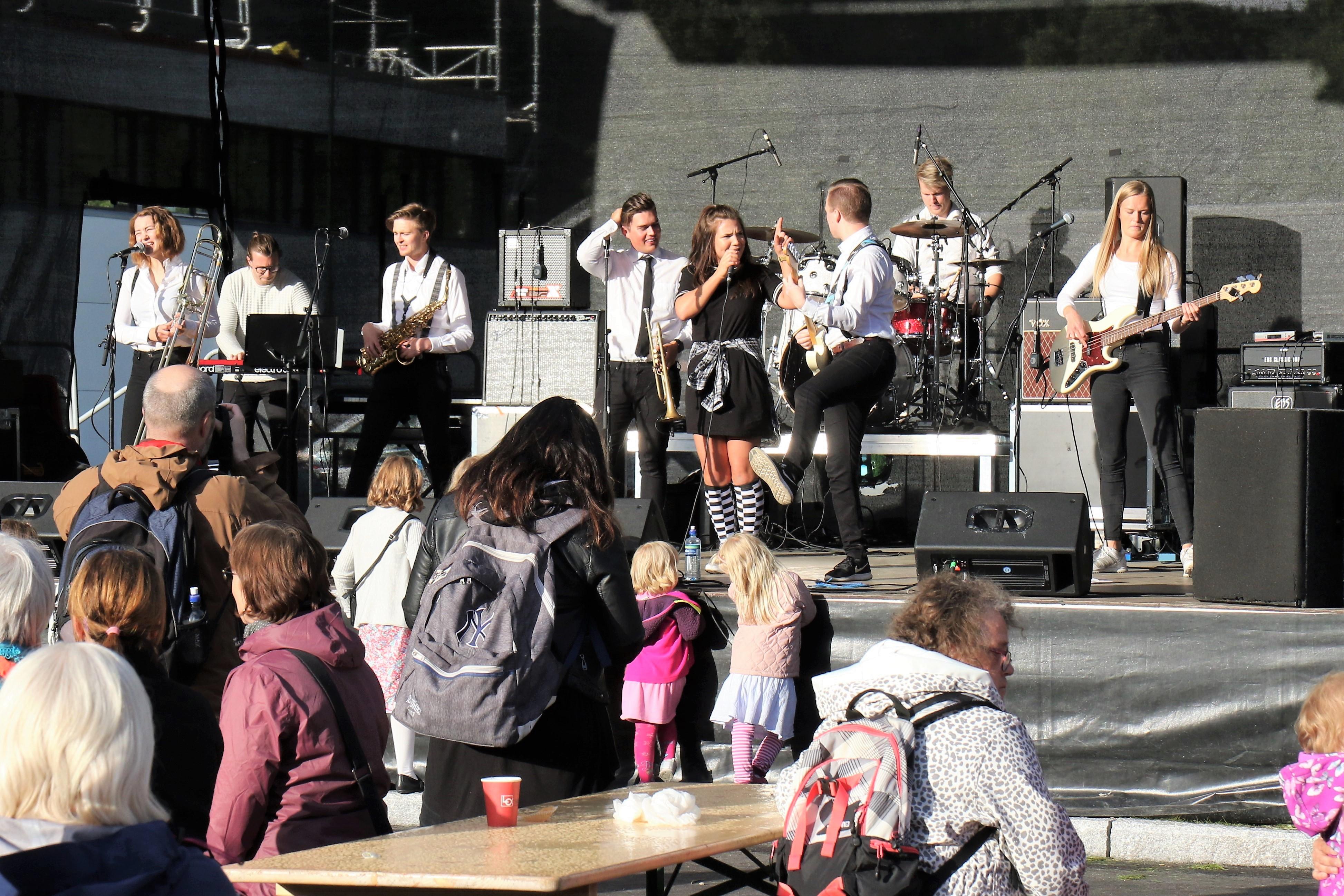 Bilde av SKA-frika på scenen foran rådhuset