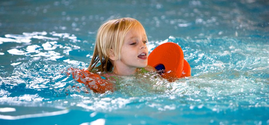 Bilde av jente i basseng