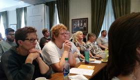 Bilde av ansatte under tanke- og drøftingsprosess