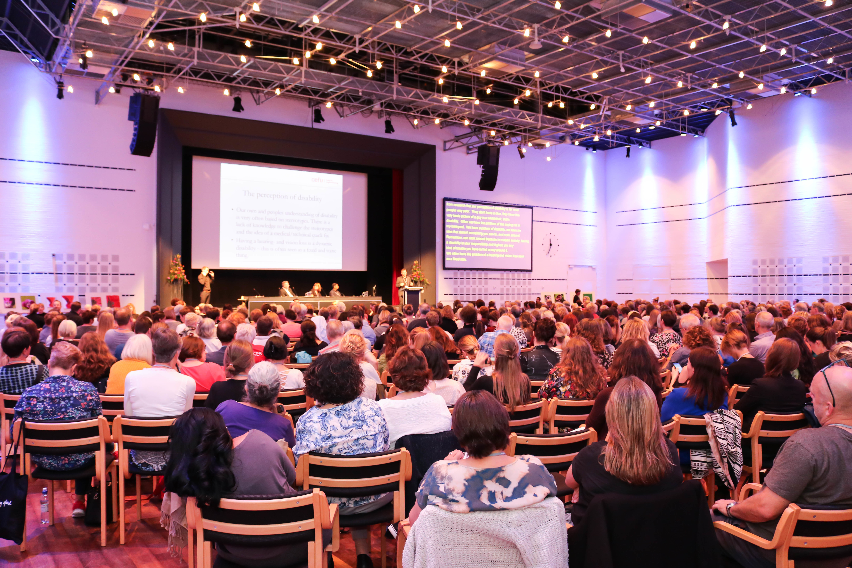 Oversiktsbilde over den største konferansesalen i Ålborg konferansesenter.