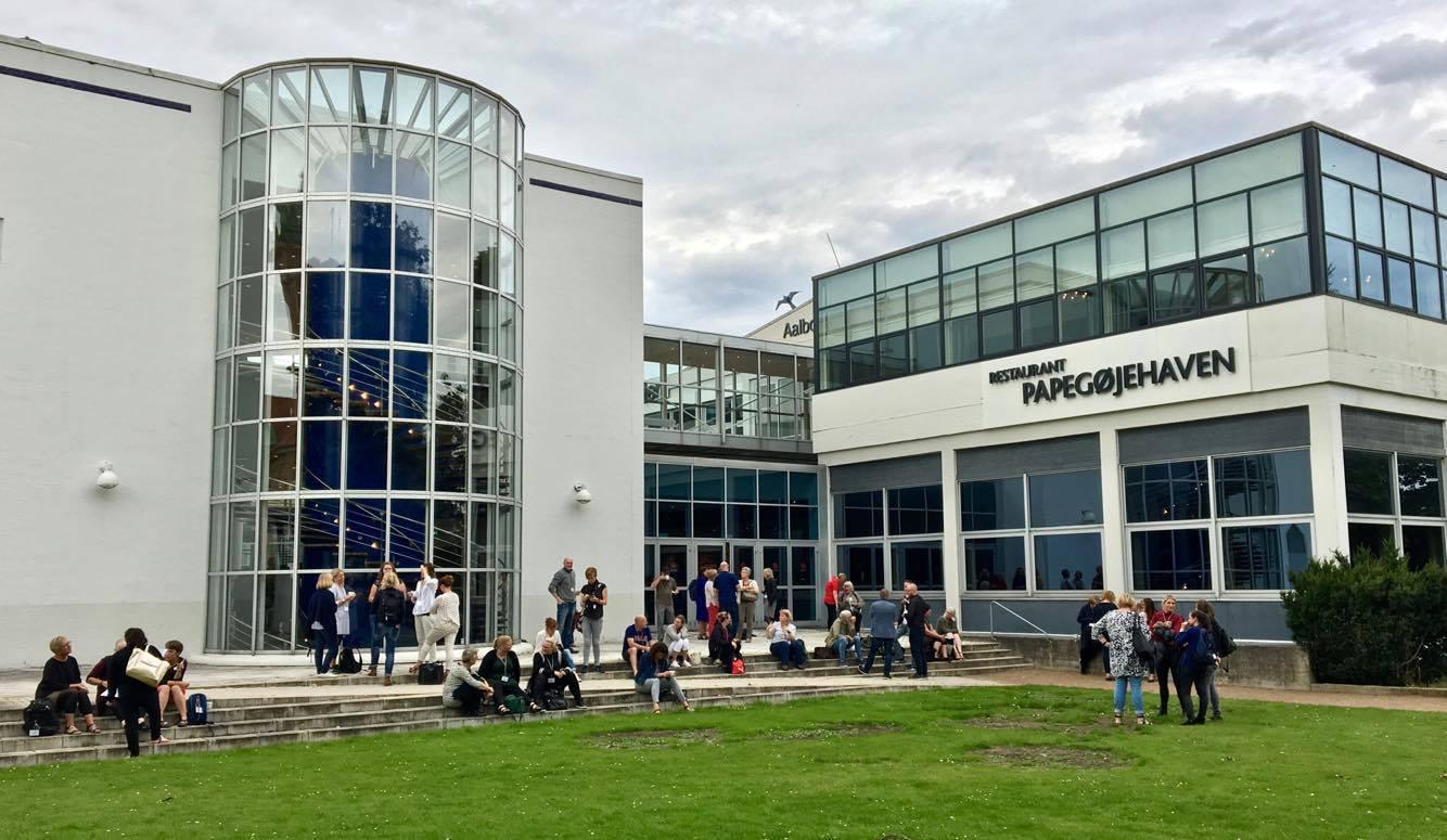 Mange konferansedeltakere på utsiden av Ålborg konferanse- og kultursenter.