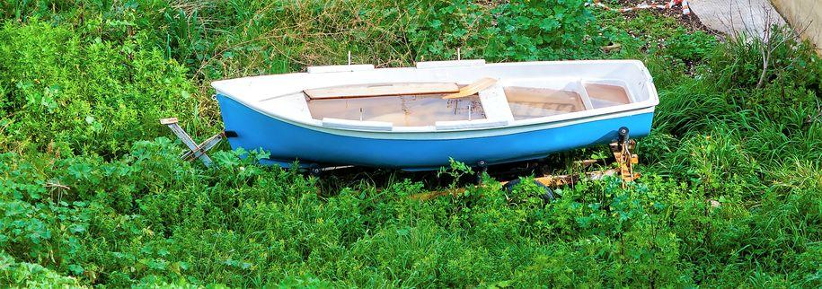 Bilde av båtvrak på land