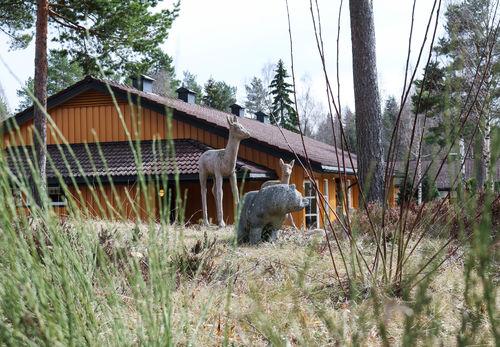 Tre dyreskulpturer ved Eikholt, to dådyr samt en liten bjørn.