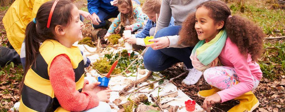 Bilde av barn som leker i skogen