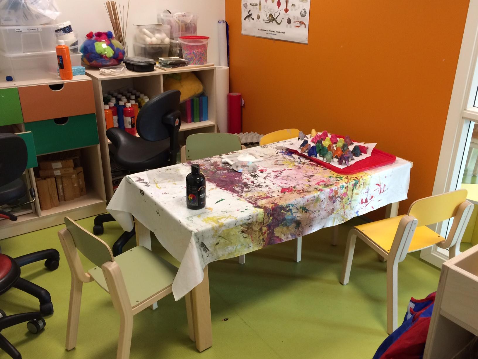 Bilde av bord med maling og pensler