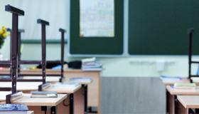 Bilde av klasserom med stoler og pulter