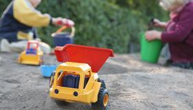Barn leker i sandkasse