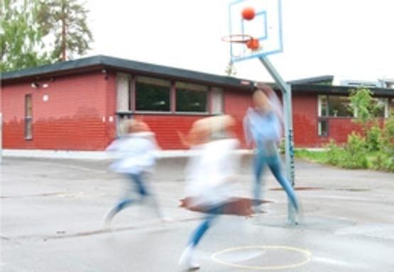 Illustrasjonsbilde basketball i skolegården