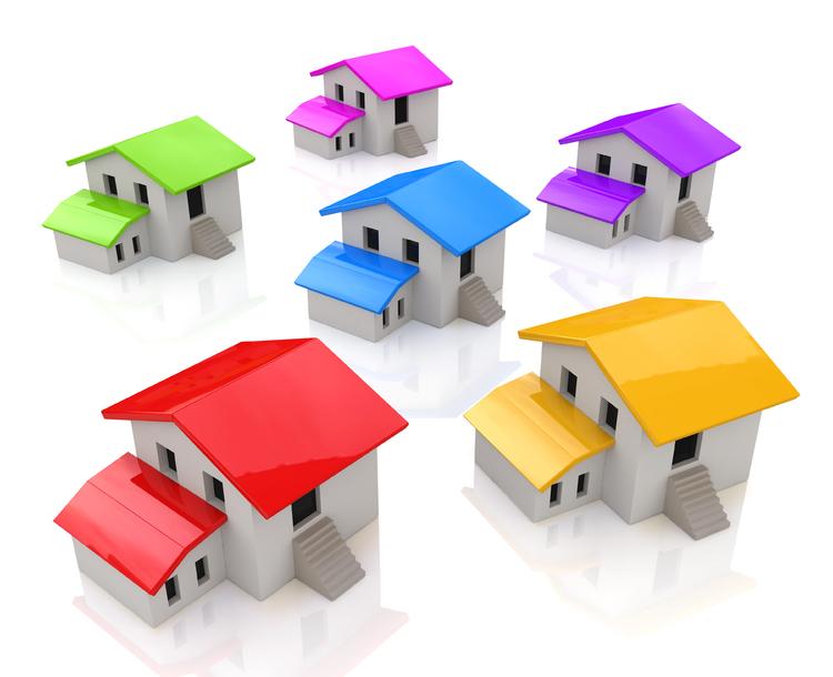 Hus med fargerike tak