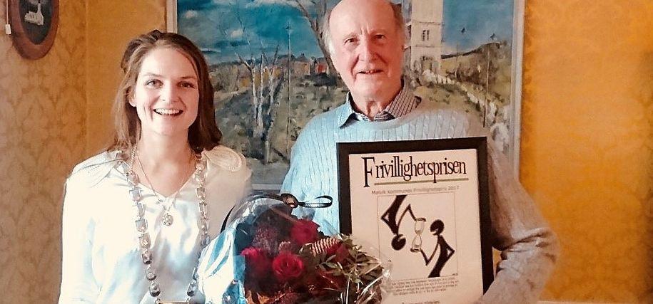 Bilde av Peder Solem, årets mottaker av Frivillighetsprisen for 2017 og ordfører Ingrid Aune som håndhilser under årets utrekkelse