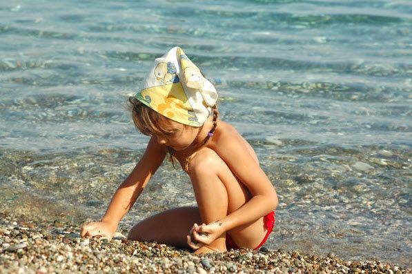 illustrasjonsbilde barn som leker i sjøen