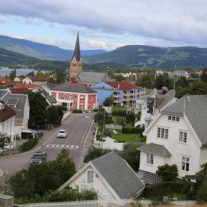 Utsikten fra Utsiktsbakken, hus og Lillehammer kirke. Gausdalskaret i bakgrunnen