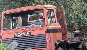 Illustrasjonsbilde av gammel lastebil i skogen