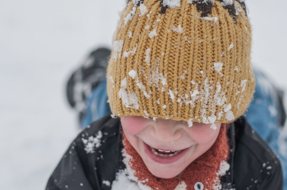barn i snøen